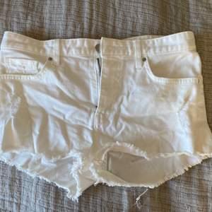 Hej! Säljer min vita jeansshorts från HM med slitningar🤍