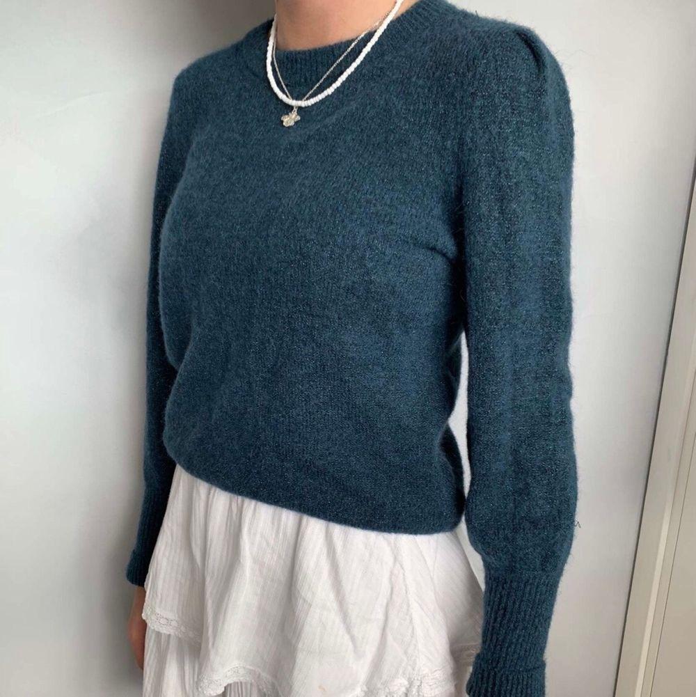Säljer denna jätte fina blå glittriga stickade tröja, den är aldrig använd dock ser den lite sliten ut på bilden men är ej det i verkligheten! Den är från Hm i storlek S❤️😊. Stickat.