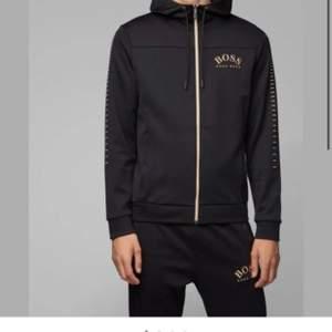 Säljer en jätte fin Hugo boss hoodie, använd ca ett halvår. Fint skick, storlek S men passar även M beroende på hur man vill att den sitter. Nypris 1799 mitt pris 800 men billigare vid snabb affär:)