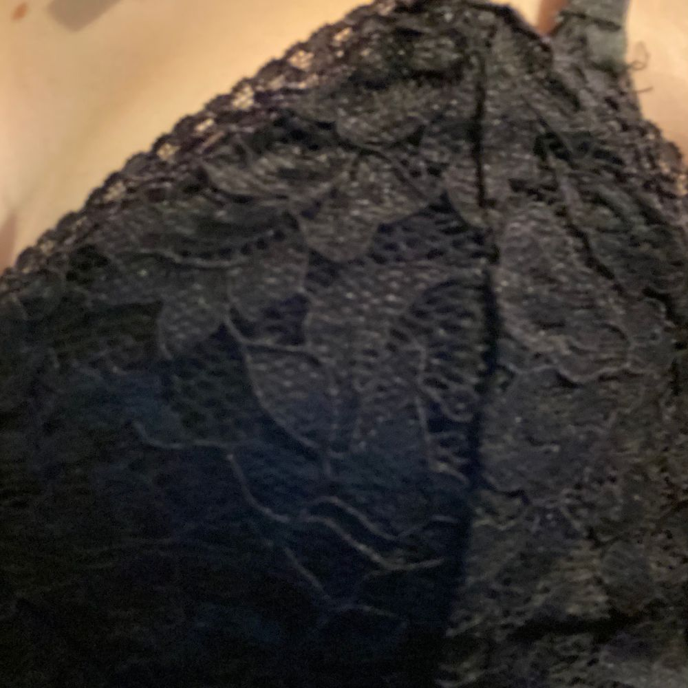 Super fin svart spets topp från bik bok (prislapp kvar 199kr) aldrig använd då jag inte känner mig bekväm vid urringade tröjor. 60kr + frakt (spårbart)💕🦋. Toppar.