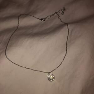 Ett fint halsband med ett fint diamant hängsmycke (inte riktig diamant). 🤩💎 Har använts en gång. 100kr inkluderat frakt