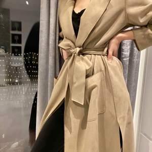 Jätte fin kappa i mocka från Zara, svårt o få med riktiga färgen men den är ljusbrun/beige. Pris kan diskuteras✨