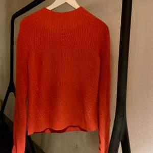 Nästan oanvänd stickad tröja från Maje köpt i Paris. Tröja är lite liten på mig. Jag är mellan S och M i storlek. Skriv för fler bilder:)
