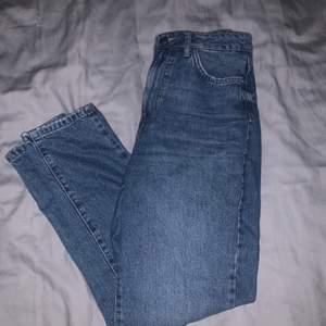 Blåa mom jeans ifrån Gina tricot i strl 34. I ett väldigt bra skick, sitter super bra både i fram och i bak. 210kr + frakt, för mer frågor så är det bara att skriva. Buda på!!