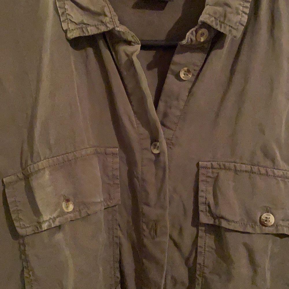 """Oversized skjorta strl 44. Mörkgrön. Superskönt och tunt material, supersnygg att använda som jacka eller """"kofta"""" . Skjortor."""