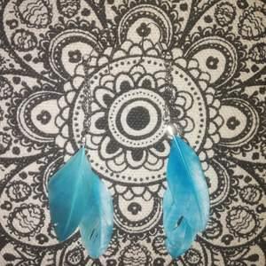 Snygga örhängen! Tror inte de är äkta. Kanske dock!