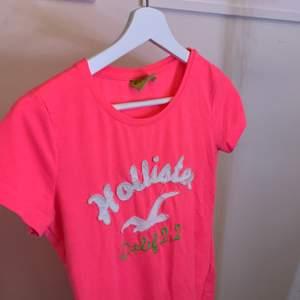 En neon rosa tröja från hollister