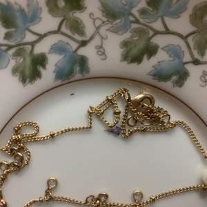 Guldigt halsband med små diamanter från brandy melville (brandy Melville gold rhinestonenecklace) sök så kommer det upp. Köpte det förra Sommaren men har aldrig använt det så nyskick. Skriv för fler bilder. Kan mötas upp annars står köpare för frakt💗💗