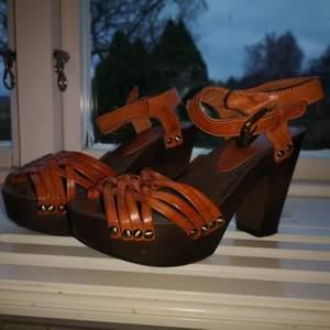 Superbekväma och fina vardagsklackar från din sko. Platå 3,5 cm och klack 10,5 cm. Stl 37.