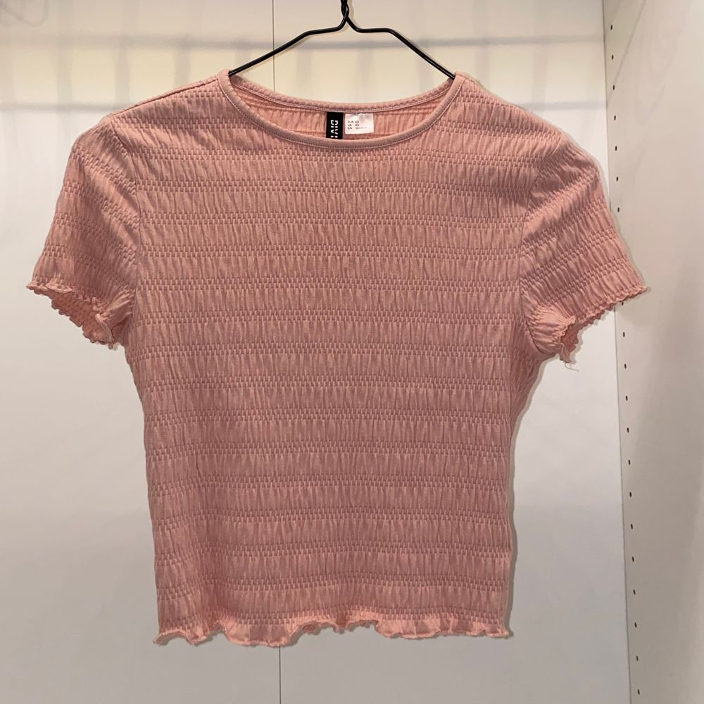 Säljer denna supersöta rosa croppade toppen från H&M. Aldrig använd💕💕 säljer för 70kr + frakt🌸. Toppar.