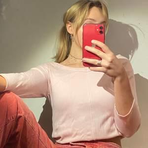 Söt ljusrosa tröja i rejält stretchmaterial med trekvartslånga ärmar. Pga den breda linningen går den att ha både som ev off shoulder och bara bred urringning. Jättebra skick!