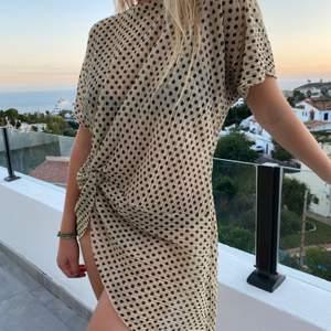 Otroligt fin och snygg klänning med snygg slits på sidan!  Säljer för att jag ej har användning för den! Pris kan diskuteras!