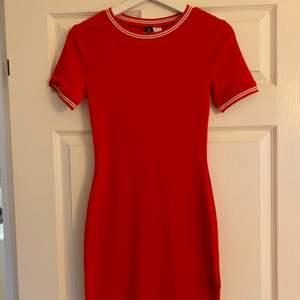 Röd t-shirt klänning från H&M. Aldrig använd, bra skick. Stolek 36. Fraktkostnad tillkommer.