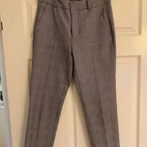 Rutiga kostymbyxor från Zara. Använt några gånger. Vädligt bra skick. Fraktkostnad tillkommer