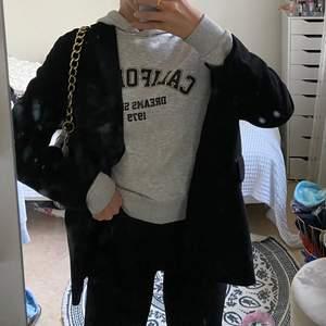 Super snygg grå collage hoodie! Jätte skönt material, storlek xs men skulle säga att den passar en S