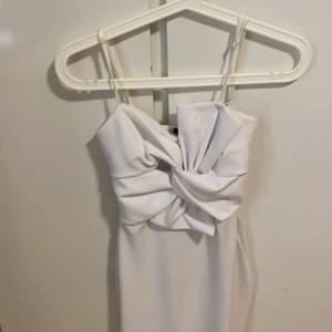 En väldigt fin vit klänning. Väldigt bra material och stretchig