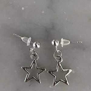 Silverfärgade örhängen med stjärnor