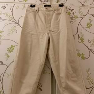 Mom-jeans i offwhite från topshop! W28, L30. Använda några enstaka gånger då de inte är rätt storlek för mig. Bra kvalitet!