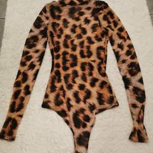 Leopard body med genomskinligt tyg. Storlek s från nelly