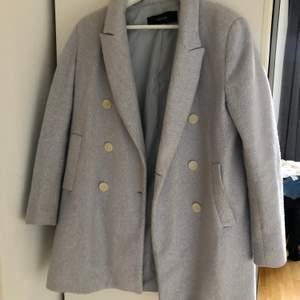 En jättefin ljusblå kappa som använts en del. Den är lite nopprig och smutsig på fickorna (se bild 3) samt att innerfickan på höger sida är trasig. Men det tänker man inte på när man ser den. Älskar denna men har tröttnat på den. Den är från Zara.