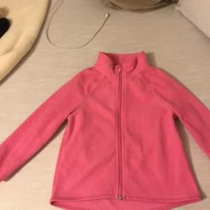gullig rosa fleece från hm, knappt använd och ser helt ny ut. Jätte söt med vad som hälsa samt varm. vem vill inte ha en varm, gullig och stylich fleece ? 😍😍 . Säljs på grund av flytt till varmare miljö