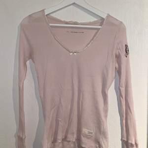 Ljusrosa tröja från Odd Molly. Storleken är 0 vilket är som XS, men den är strechig så skulle säga att den passar S-M också. Bra skick.