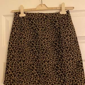 Leopard kjol från Nelly. Använd 1 gång. Blixtlås baksidan. Fraktkostnad tillkommer