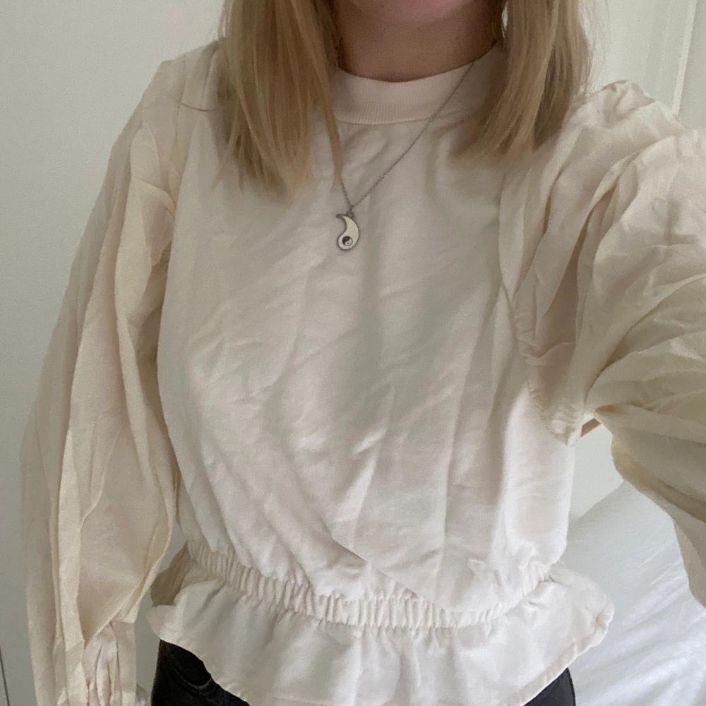 superfin blus/sweatshirt ifrån Gina Tricot! endast använd 1 gång 💕 köparen står för frakt 📦. Huvtröjor & Träningströjor.
