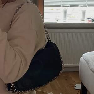 Säljer min svarta väska i fake skinn från scorett (tiamo). Kedjorna är avklippta för ja tyckte den blev snyggare så, köpte den för 500kr o den är väldigt fräsch, köpare står för frakt!💖buda, kan sänka priset❤️