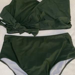Ett militärgrönt/mörk grönt bikini set, högmidjat Endast testat det