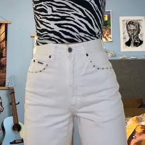 Smyckade vita jeans från Angels Jeans! Sitter perfekt men tight på mig med 27 i midja. Funkar säkert jättebra för 25-26. Fina detaljer på fickorna och på insidan <3. Ankle length på mig som är 170 cm. Inte genomskinliga, enormt plus! Gjorda i Italien.