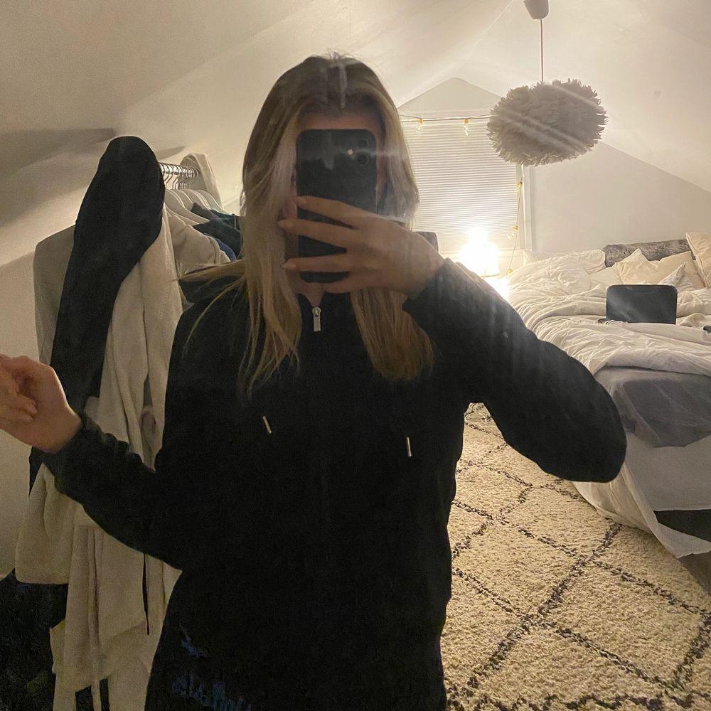 Svart dragskedje hoodie i sammet med silkes snören. Tröjor & Koftor.