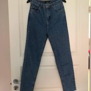 Säljer dessa jeans från NA-KD som inte säljs på deras hemsida längre! De har stjärnor på ena fickan. Pris: 120kr inkl frakt 🦋