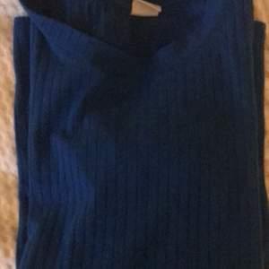 tröja från lindex i en väldigt cool blå färg, passar bra om man bara vill stå ut lite extra, säljer för 50kr inklusive frakt💕