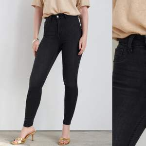 Helt vanliga svarta jeans från Gina Tricot, högmidjade. Storlek Xs ❣️ ord pris 300kr, mitt pris 70kr