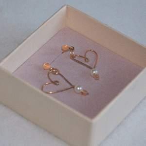 Örhängen av vunodesign- mitt egna märke där jag gör smycken i bra material fria från nickel.