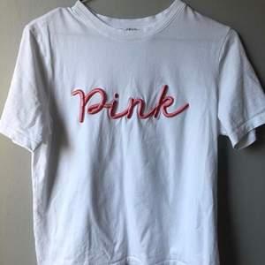 Vit t-shirt med rosa text. Pieces. Storlek S. Bra skick (frakt tillkommer då står köparen för den)