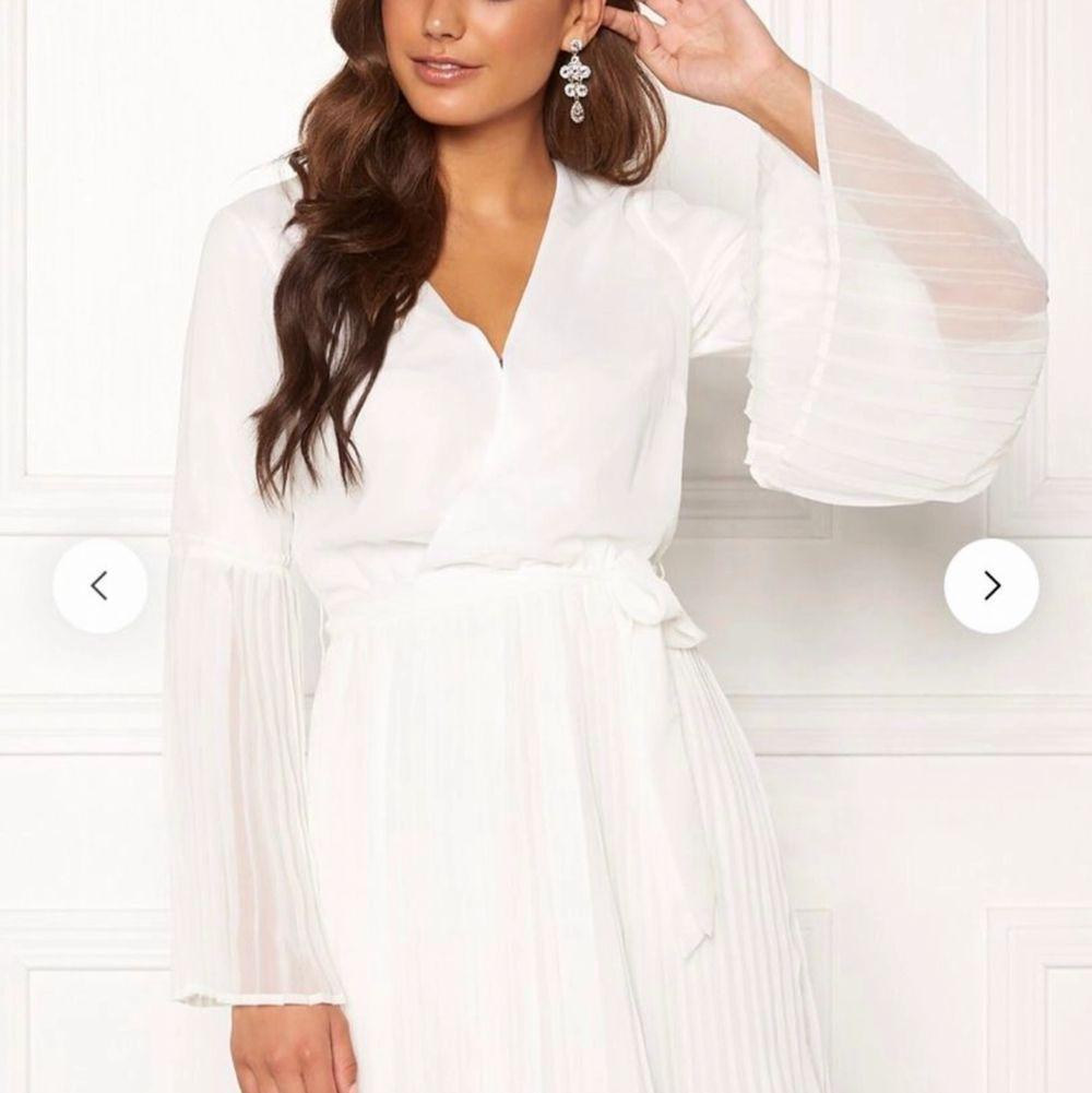 Jättefin & oanvänd klänning då jag skulle haft den på student men beställt fel storlek, ligger fortfarande i förpackningen den kom i. Den är inte alls genomskinlig och har väldigt skönt material. . Klänningar.