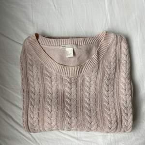 En ljusrosa tröja från h&m som inte används längre. Väldigt skön att ha på sig men lite för stor för mig, passar även m.