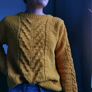 Snygg gul stickad tröja i jättemysigt material från Primark, storlek XS, säljes för 100kr, pris kan diskuteras :)