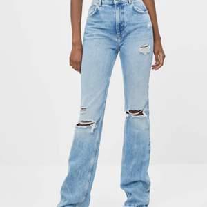 Säljer dessa sjukt snygga slutsålda jeans från Bershka som endast är prövade med prislapp kvar då dom var för små för mig