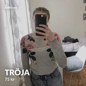 Väldigt skön och snygg tröja med blommor och en text på, säljer för 75 kr plus frakt😊
