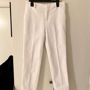 Säljer ett par vita kostymbyxor från Cubus som tyvärr är för små för mig. De är raka i modellen och är av bra kvalitet, då det är ett tjockt material är de absolut inte genomskinliga. Säljer de för 300kr plus frakten 💕