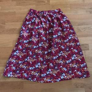 Vintage skirt, floral, in very good condition!