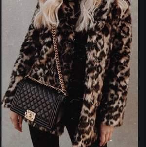 Leopardjacka (fuskpäls) från Linn Ahlborg X NAKD, storlek XS. Passar XS-M! Använd förra vintern och det är ett hål i armhålan och två knappar har lossnat, lätt att sy. Fint skick annars. Köptes för 1050kr. Pga skador säljs den för 350kr+fraktkostnad☺️