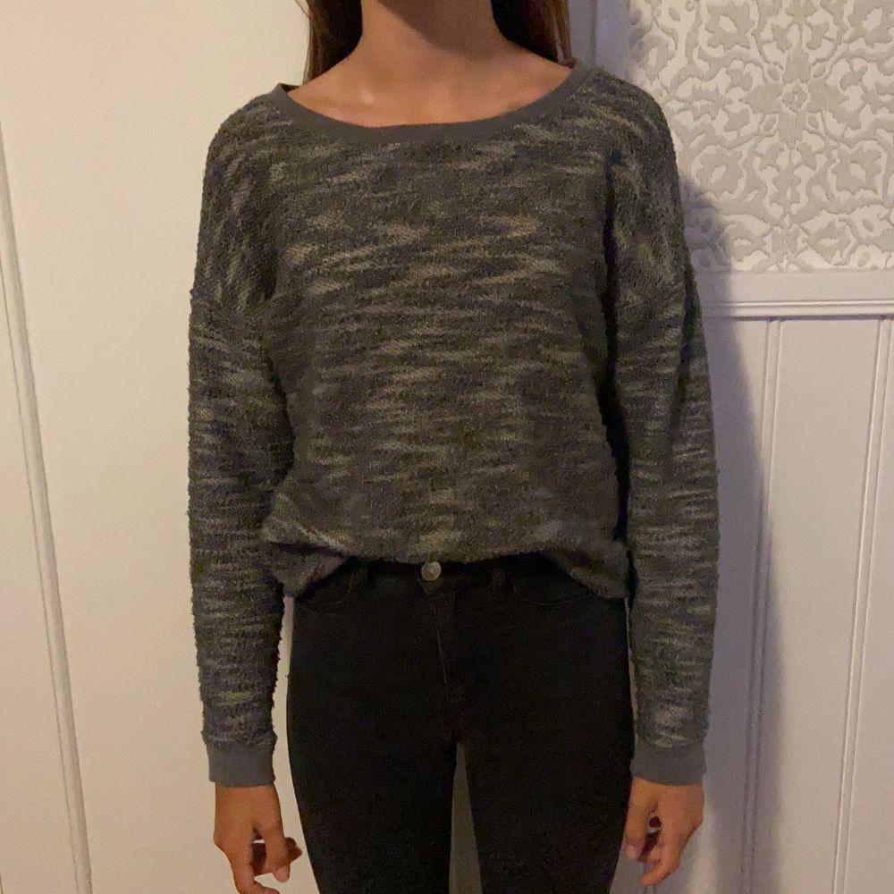 En grå och svart tröja i storlek S i ett material som känns som stickat på utsidan men som en sweatshirt innuti. Bara att skicka om du har några frågor. Köparen står för frakten. . Tröjor & Koftor.