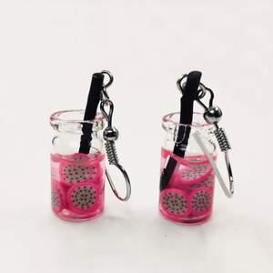 🍓🍠Nya par örhängen, lite osäker på frukten sorten. En variant utav rabbarber  eller möjligtvist skivade jordgubbar. Örhängen  är i neon  läckert rosa.Det är upp till betraktaren attbeskåda vad det kan vara för slags frukt. Så Spännande 🥳🍠🍓?