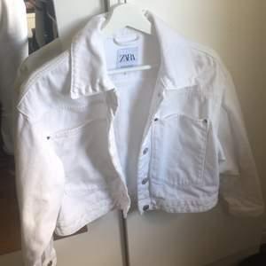 Suuuperfin jeansjacka från Zara i bra skick🌸✨ Köpt för 499 kr.