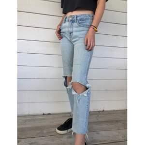Raka croppade jeans med hemgjorda hål från Bershka. Inköpta i Spanien för 1 år sedan. Använda ganska flitigt men har tyvärr blivit för små för mig på senare tid (min syrra på bilden). Är lite slitna på vissa ställen men har inga hål eller tydliga defekter