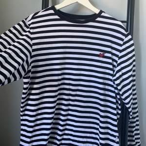 En cool randig långärmad tröja från Urban Outfitters! Inte använd alls mycket och säljer därför den. Toppenbra att ha under en t-shirt men lika snygg bara som den är!💓🤩 Frakt ingår inte 📦 skriv privat för annan prisidée!